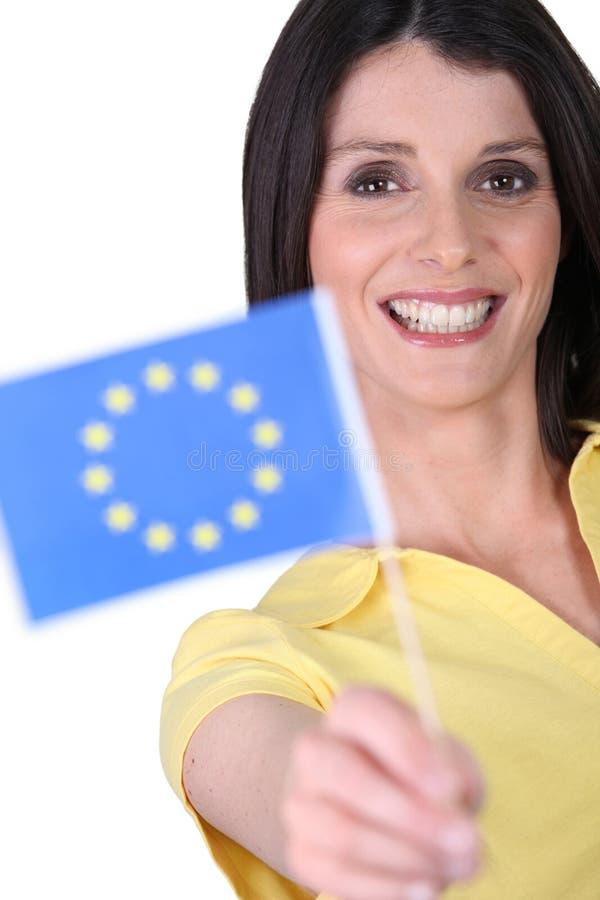 Frau, die eine EU-Flagge hält lizenzfreie stockfotos