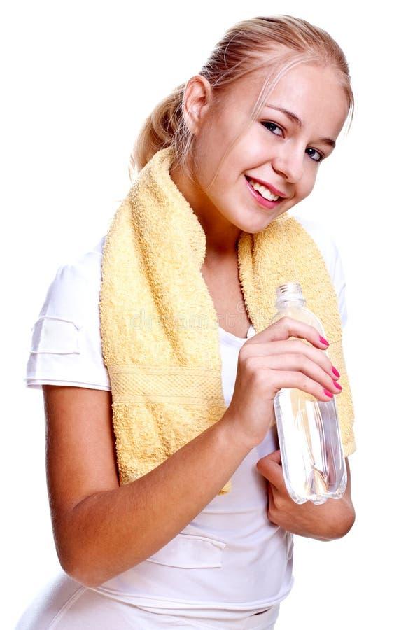 Frau, die eine Flasche Wasser anhält lizenzfreies stockfoto