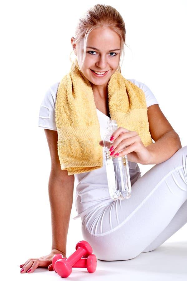 Frau, die eine Flasche Wasser anhält stockbild