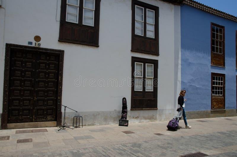 Frau, die in eine Fußgängerstraße der Stadt von San Cristobal de La Laguna geht lizenzfreie stockbilder