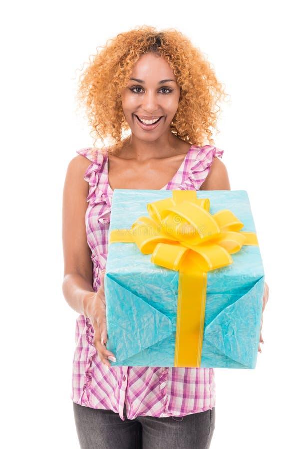 Frau, die eine Geschenktasche hält stockfotos
