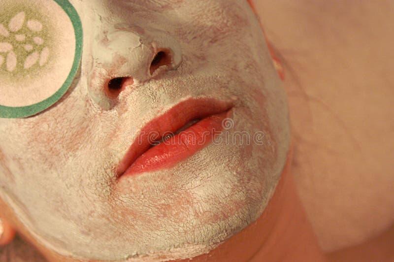 Frau, die eine Gesichtsmaske hat lizenzfreie stockfotografie
