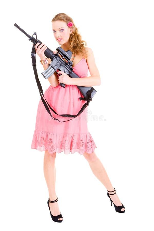 Frau, die eine Gewehr anhält lizenzfreie stockbilder