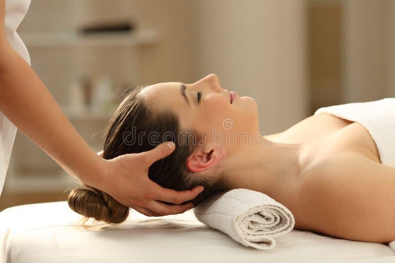 Frau, die eine Kopfmassage in einem Badekurort empfängt lizenzfreie stockfotografie