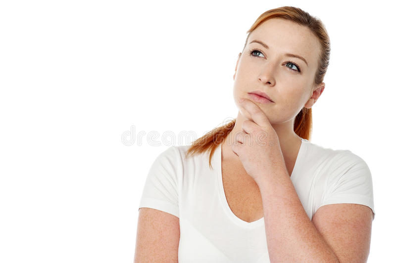 Frau, die an eine Lösung zu einem Problem denkt stockbild