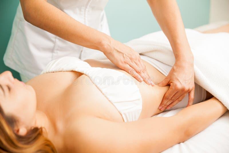 Frau, die eine Lymphmassage erhält lizenzfreies stockbild