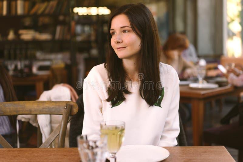 Frau, die eine Mahlzeit in einem Restaurant genießt stockfotografie