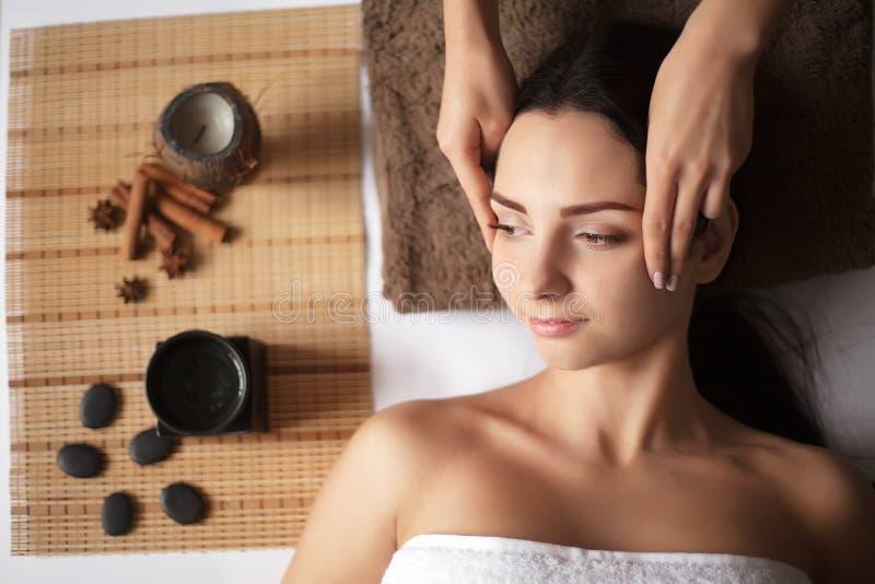 Frau, die eine Massage in einem Badekurort hat lizenzfreies stockbild