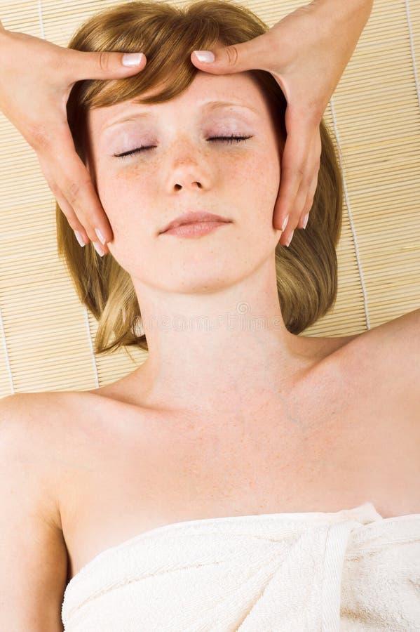 Frau, die eine Massage erhält lizenzfreie stockfotografie