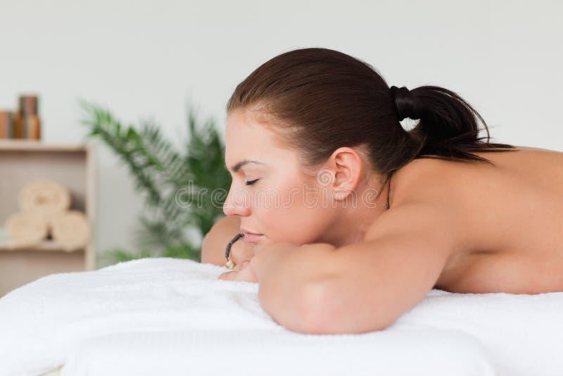 Frau, die eine Massage wartet stockfotos
