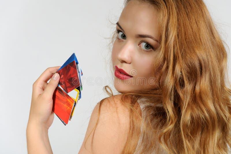 Frau, die eine Plastikkarte anhält stockfotografie