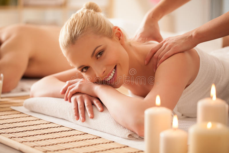 Frau, die eine Rückenmassage genießt lizenzfreie stockfotos