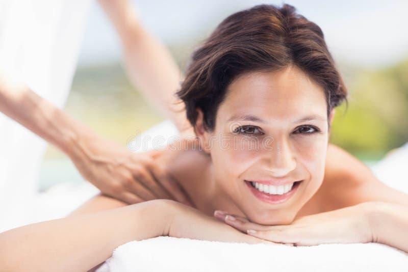 Frau, die eine Rückenmassage vom Masseur empfängt lizenzfreies stockbild