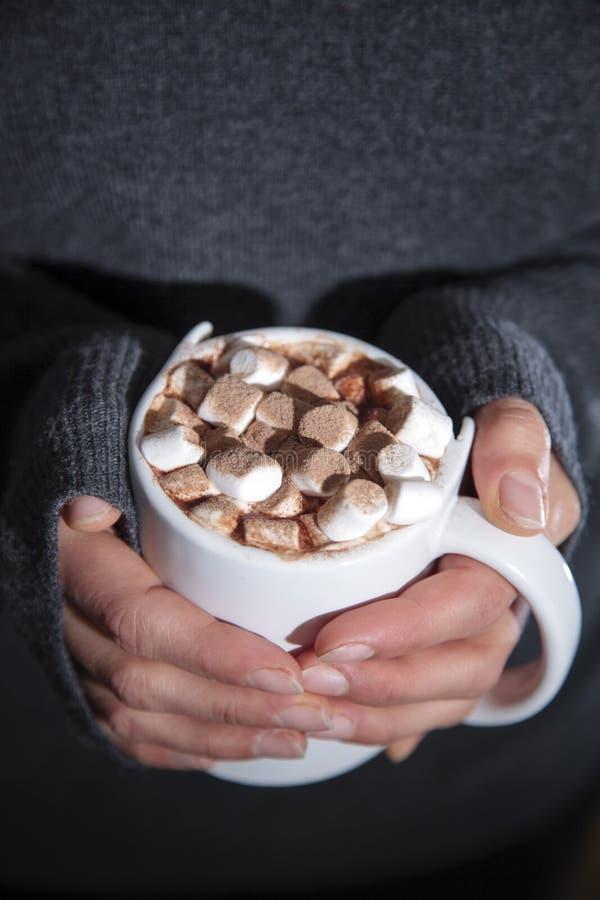 Frau, die eine Schale heiße Schokolade hält lizenzfreie stockbilder