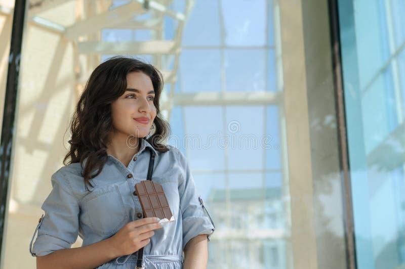 Frau, die eine Schokolade hält lizenzfreie stockfotos
