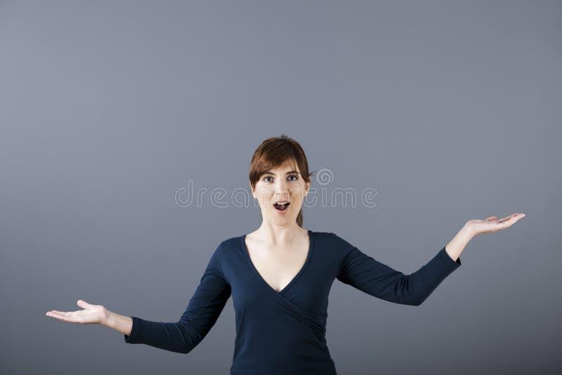 Frau, die eine Skala bildet stockfoto