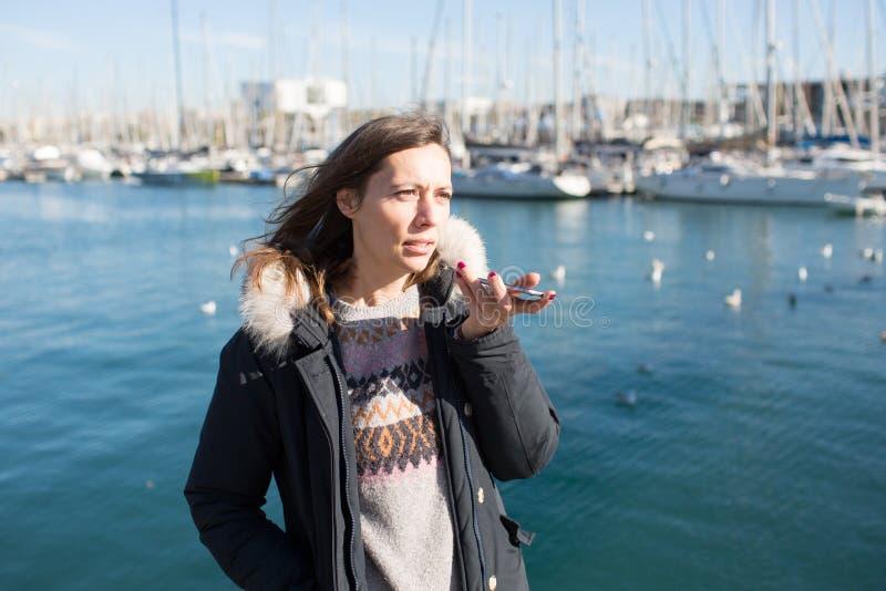 Frau, die eine Sprachmassage am Telefon lässt lizenzfreie stockfotos