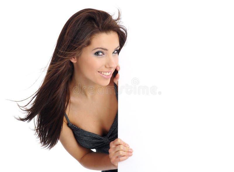Frau, die eine unbelegte Anschlagtafel anhält. stockfoto