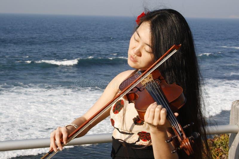 Frau, die eine Violine spielt stockbilder