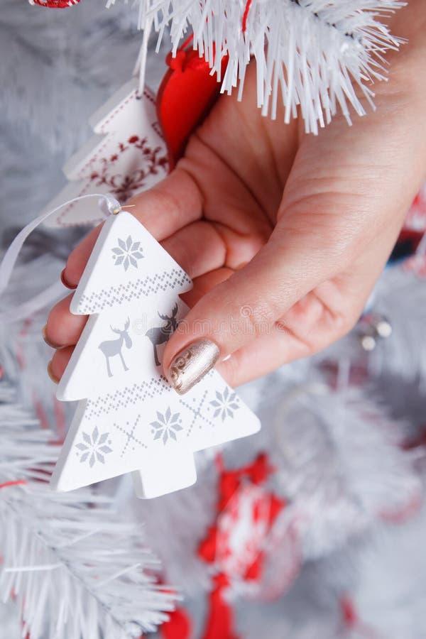 Frau, die eine Weihnachtsbaumverzierung hält lizenzfreies stockbild