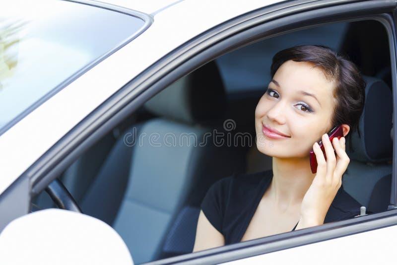 Frau, die in einem Auto sitzt lizenzfreie stockbilder