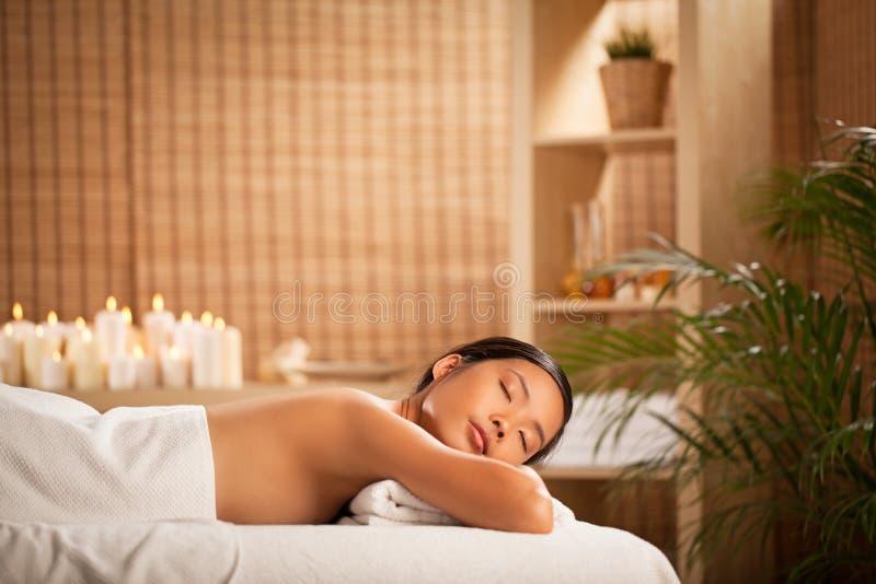 Frau, die an einem Badekurort sich entspannt stockfotos