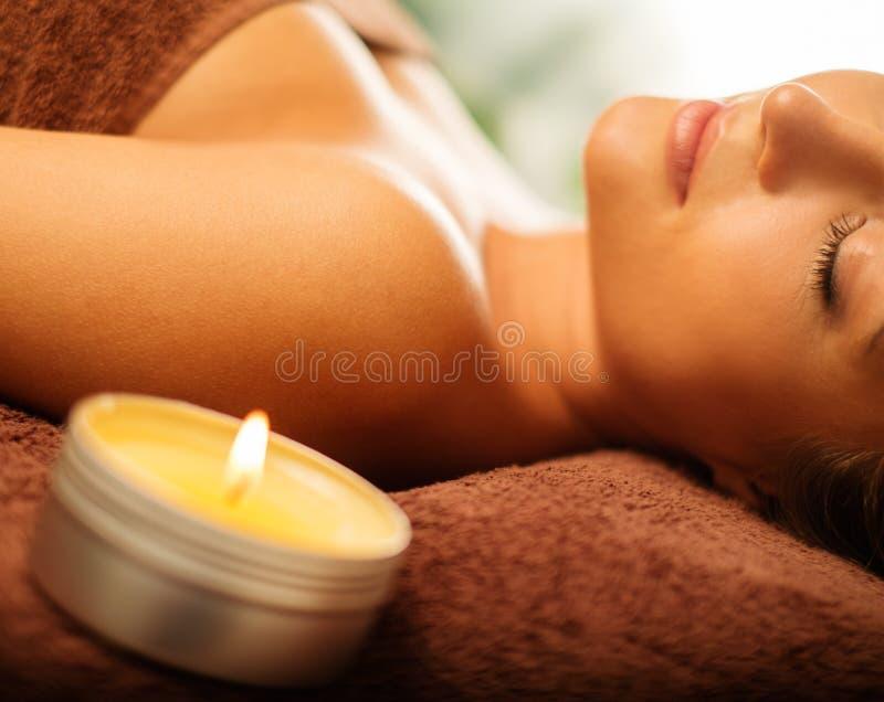 Frau, die in einem Badekurort sich entspannt lizenzfreies stockfoto