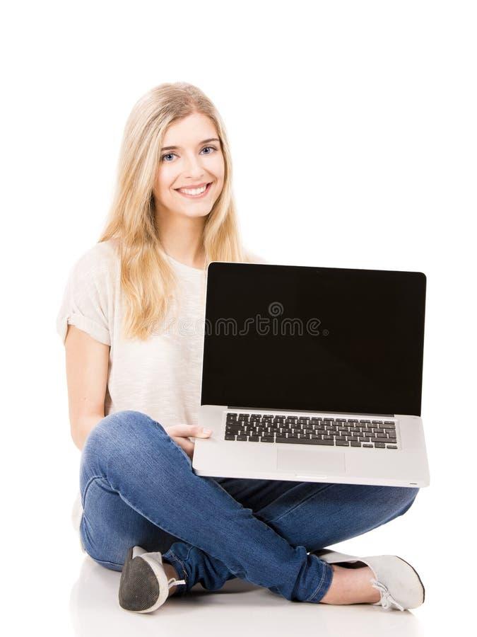 Frau, die an einem Laptop arbeitet stockfotos