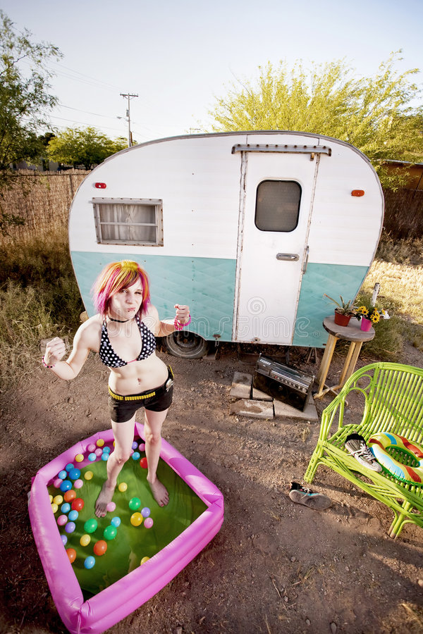 Frau, die in einem Spielpool biegt stockfoto