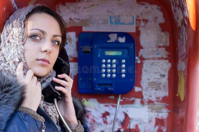 Frau, die einen allgemeinen Telefonanruf macht lizenzfreies stockbild