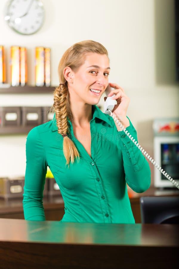 Frau, die einen Anruf entgegennimmt lizenzfreie stockfotografie