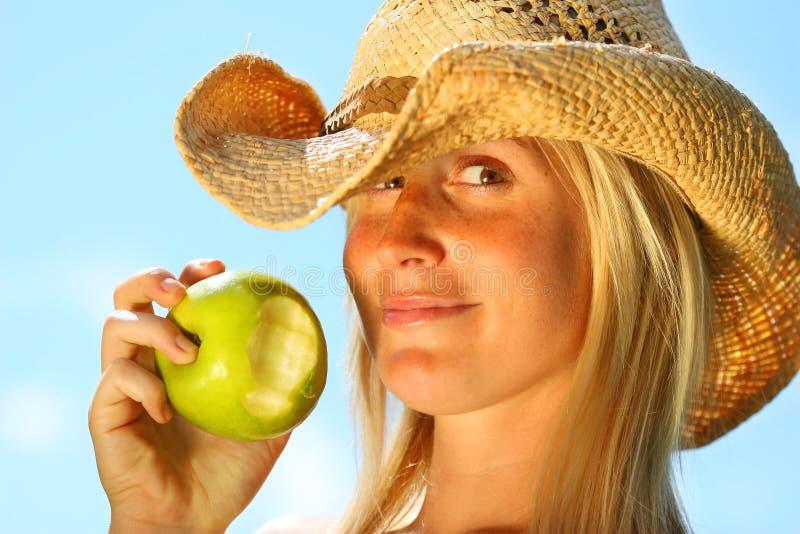 Frau, die einen Apfel isst stockfotos