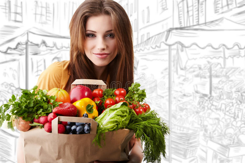 Frau, die einen Beutel voll von der gesunden Nahrung anhält lizenzfreie stockfotos