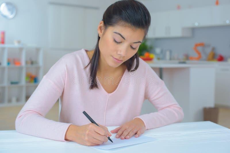 Frau, die einen Brief schreibt stockbild