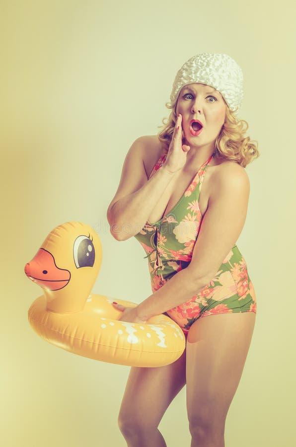 Frau, die einen Entenrettungsgürtel hält stockfoto