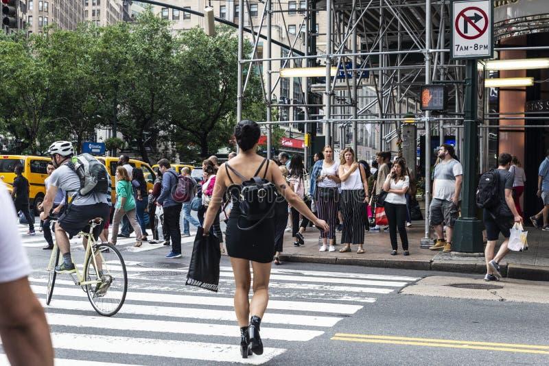 Frau, die einen Fußgängerübergang in New York City, USA durchläuft lizenzfreie stockfotos