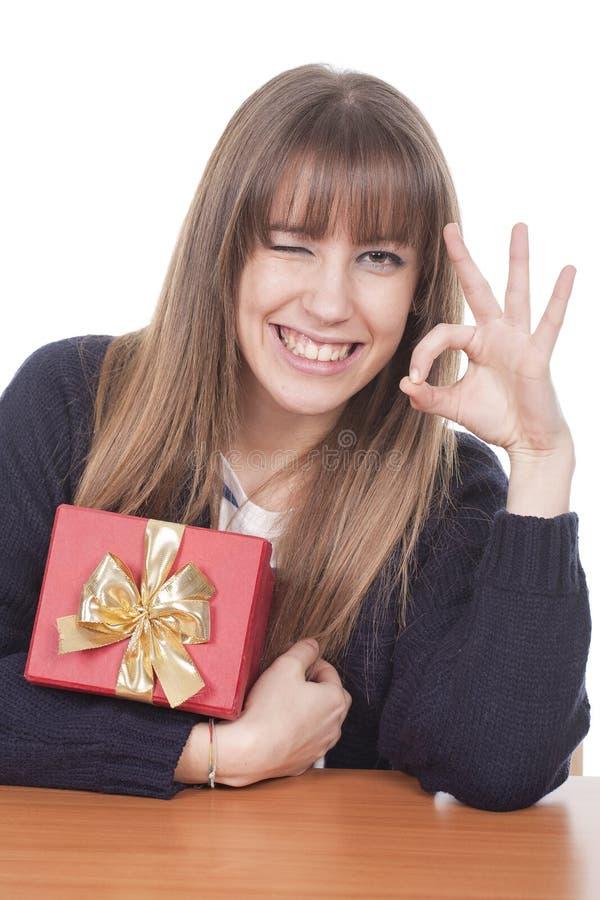 Frau, die einen Geschenkkasten und -c$lächeln anhält lizenzfreie stockbilder