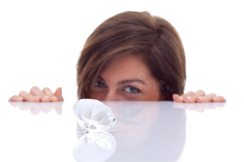 Frau, die einen großen Diamanten betrachtet stockfotografie