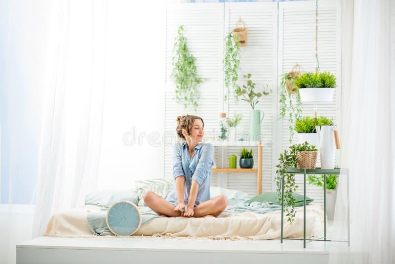 Frau, die einen guten Morgen im Schlafzimmer hat stockbilder