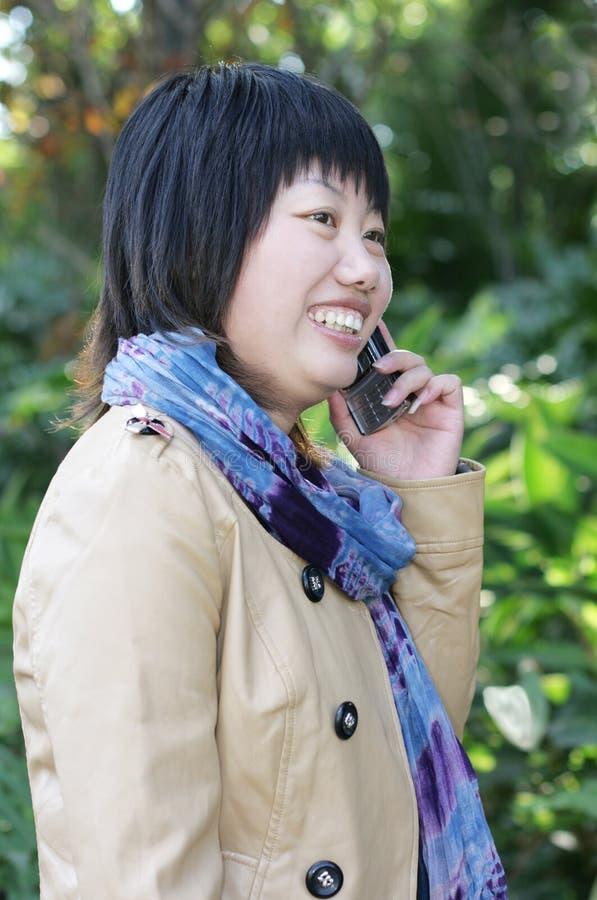 Frau, die einen Handy verwendet stockbild