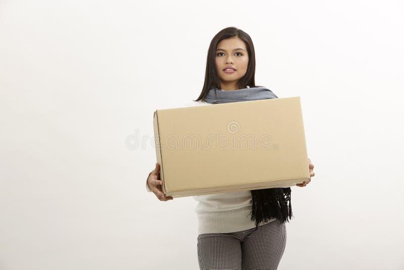 Frau, die einen Kasten anhält stockbild