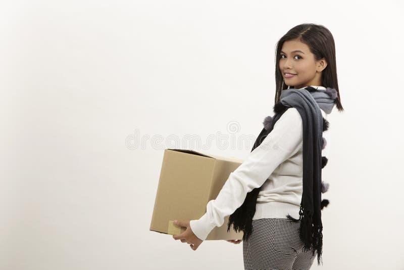 Frau, die einen Kasten anhält lizenzfreie stockfotografie