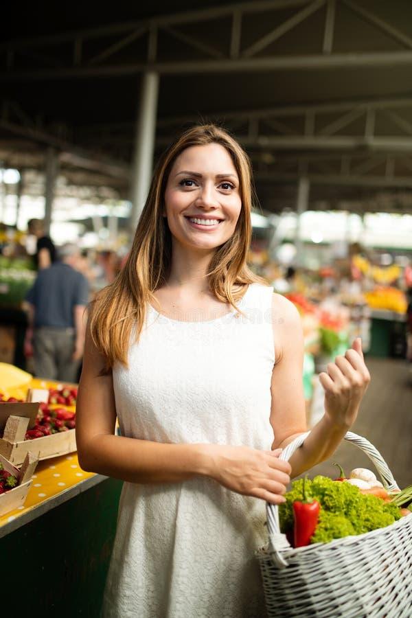 Frau, die einen Korb mit gesundem organischem Gemüse hält lizenzfreie stockfotografie