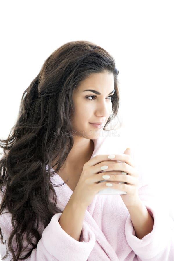 Frau, die einen Morgenkaffee trinkt stockbild