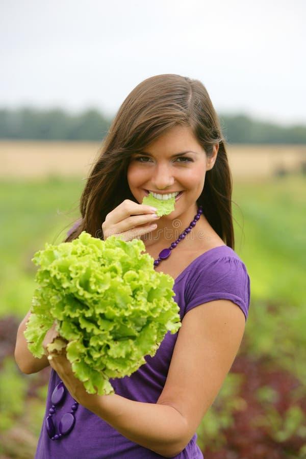 Frau, die einen Salat isst. lizenzfreies stockbild