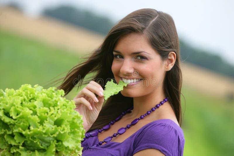 Frau, die einen Salat isst. stockbild