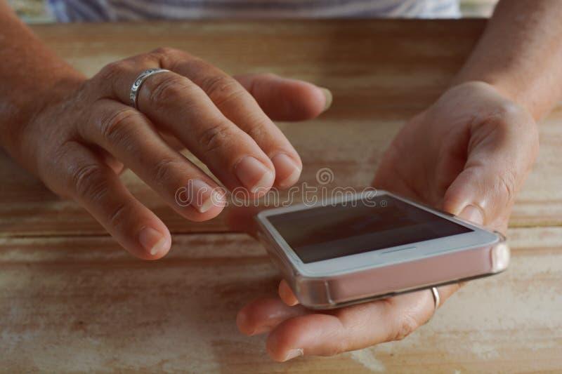 Frau, die einen Smartphone, Finger zum mit Berührungseingabe Bildschirm verwendet lizenzfreie stockbilder