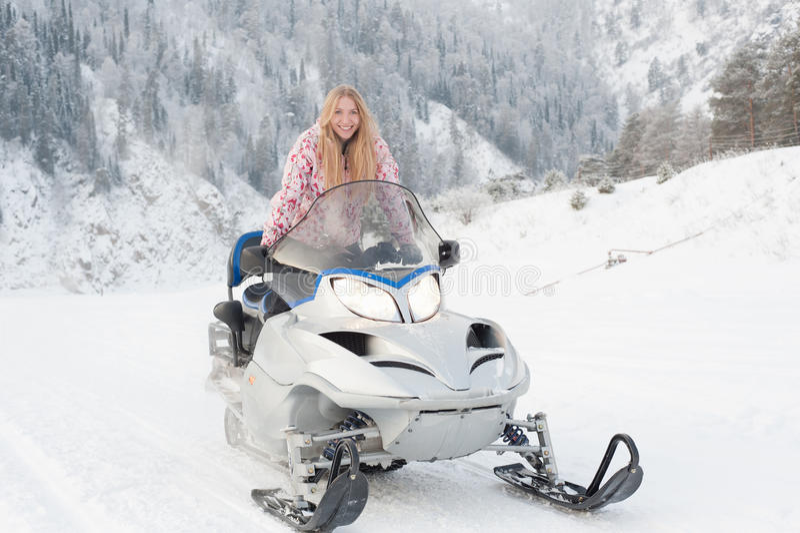 Frau, die einen Snowmobile antreibt stockfoto