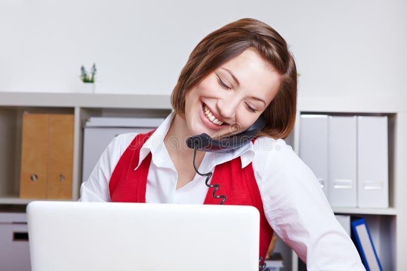 Frau, die einen Telefonaufruf bildet lizenzfreies stockbild
