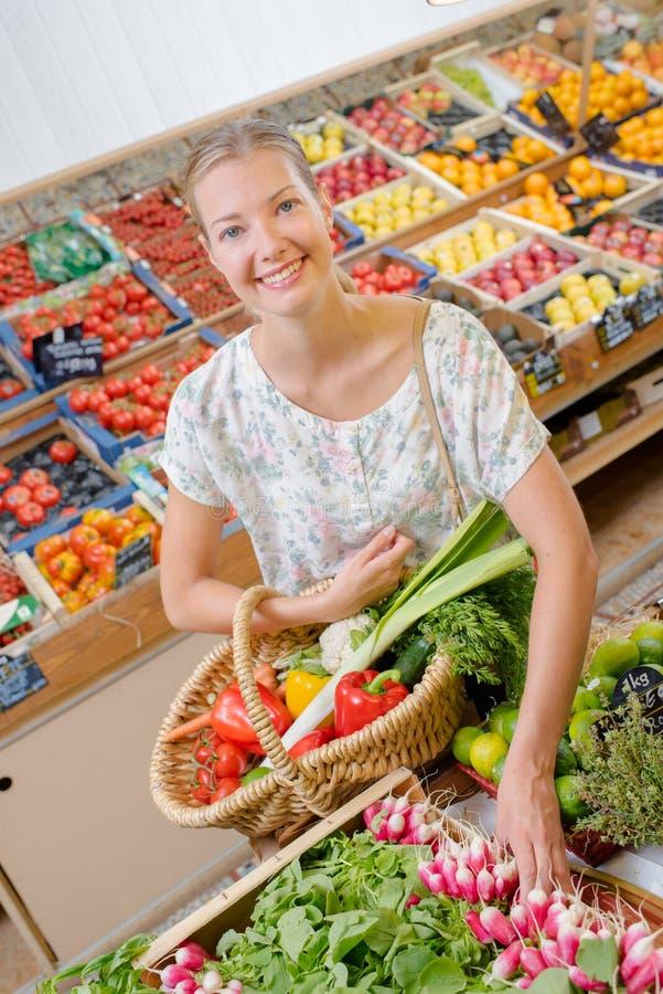 Frau, die Einkauf tut lizenzfreies stockfoto